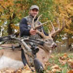 Охотник с арбалетом и олень