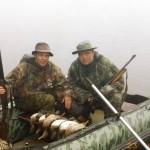 Охотники с ружями Remington 870 и трофеи