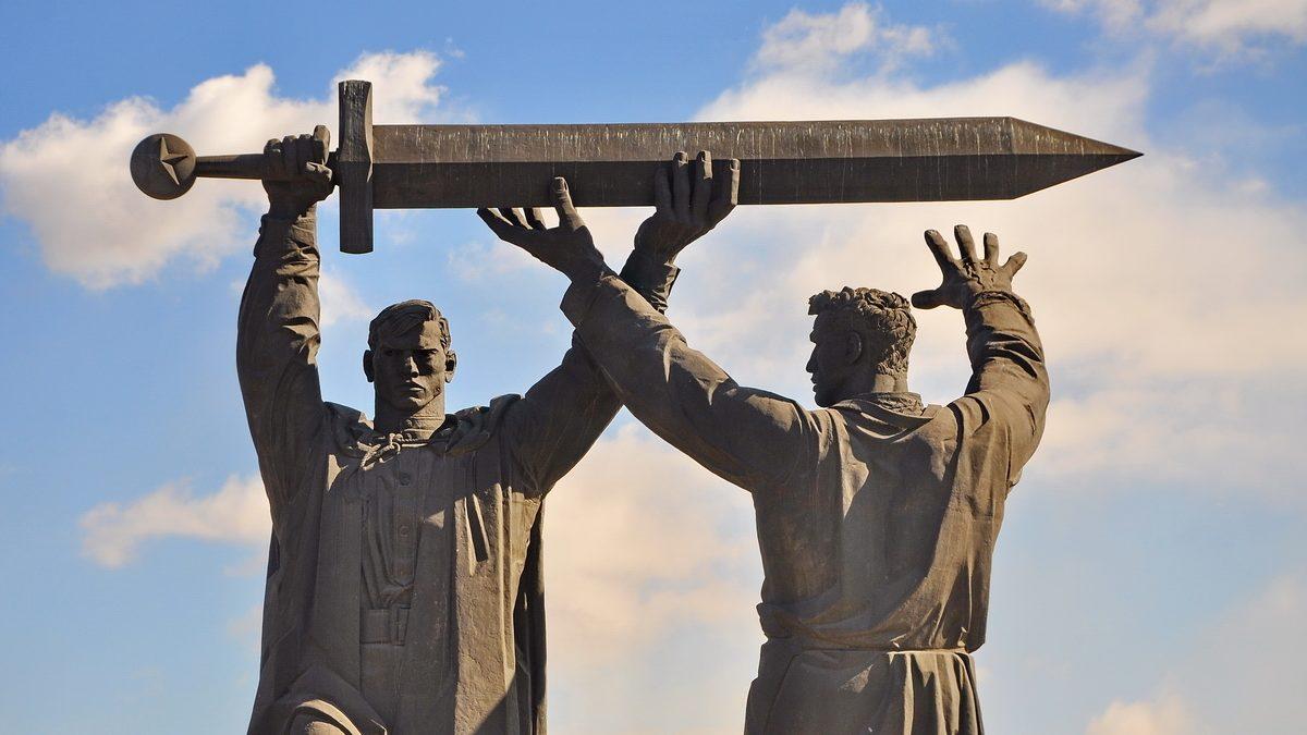 родина мать три памятника