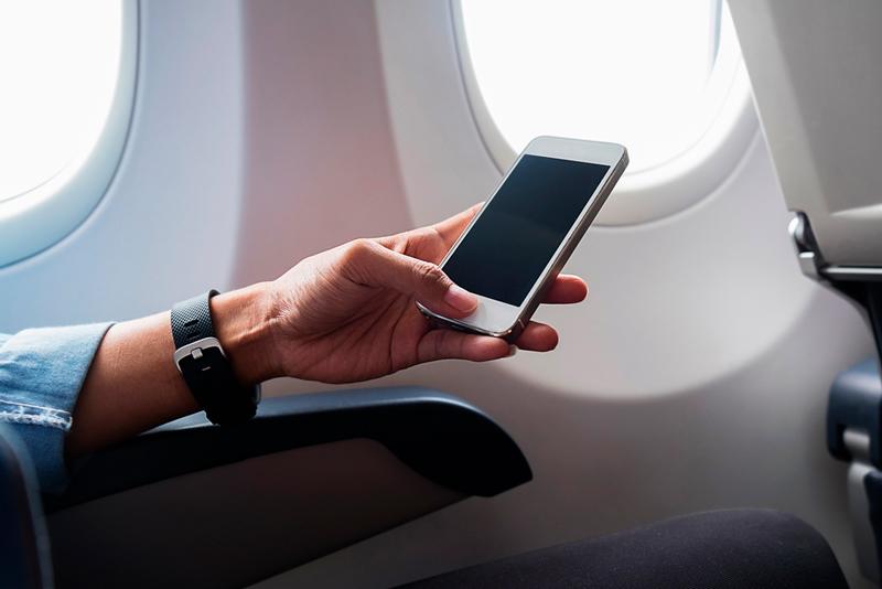 почему нужно отключать телефон в самолете