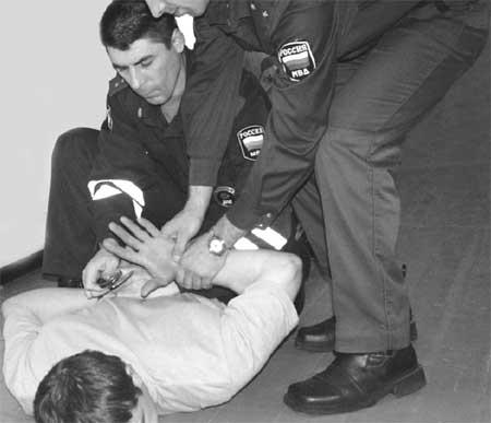 надевание наручников