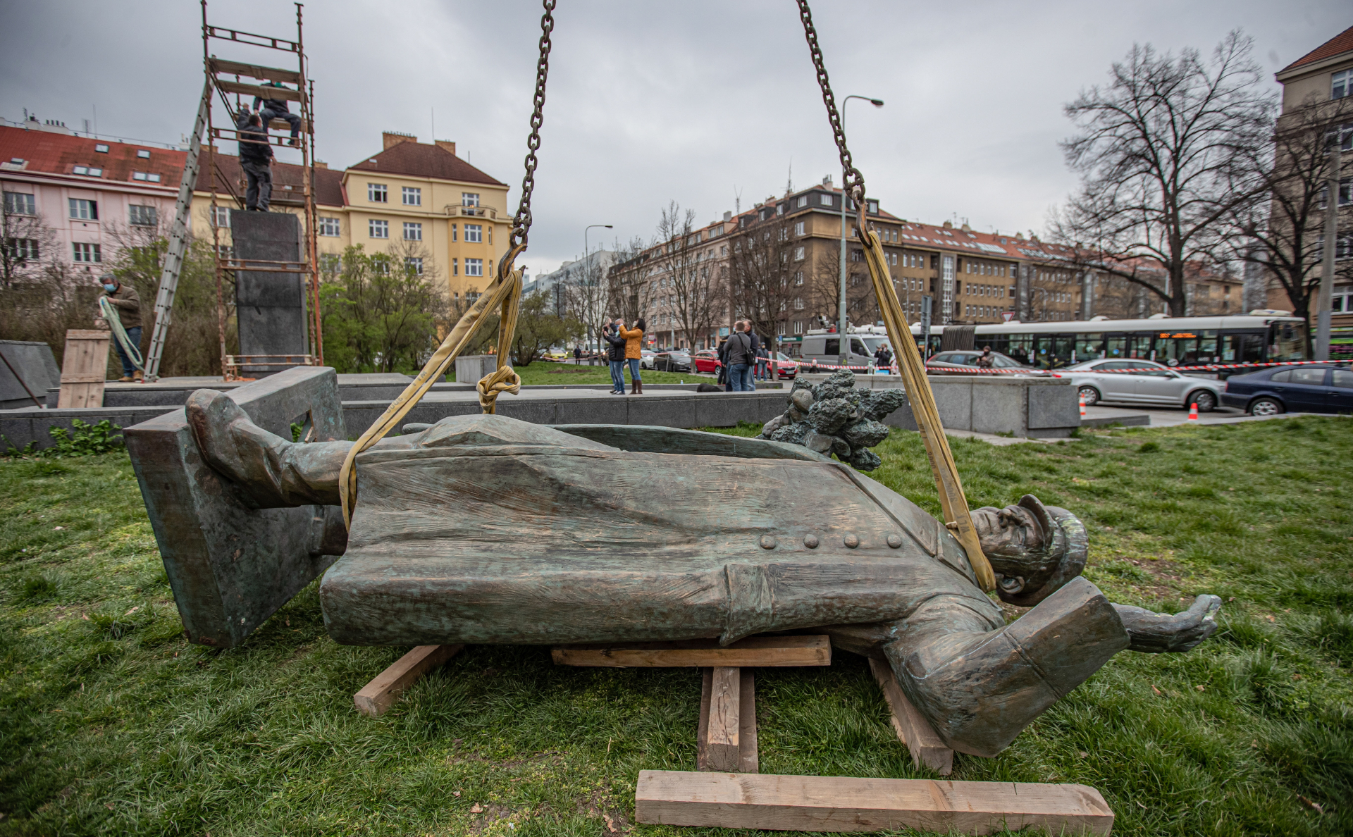 памятник советскому солдату с девочкой