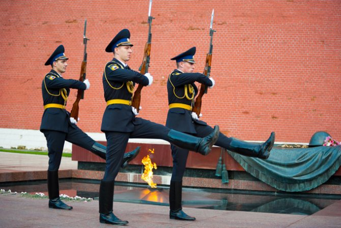 смена почётного караула у могилы неизвестного солдата