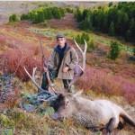 Охотник и трофейный марал на Алтае