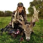 Охотница с луком Mathews и олень
