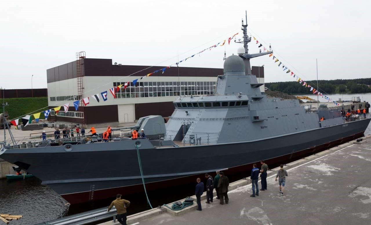 Малый корабль Тайфун у пирса