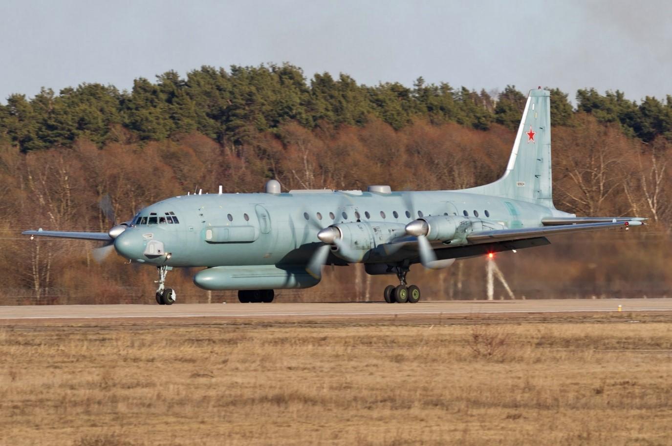 Военный самолет на ВПП