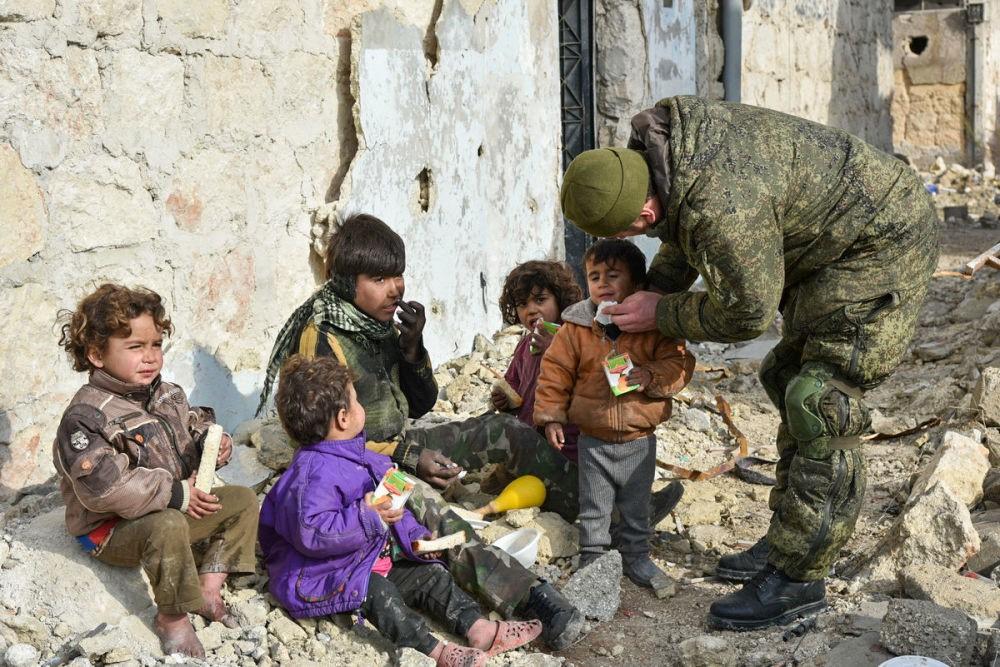 Российский солдат и сирийские дети