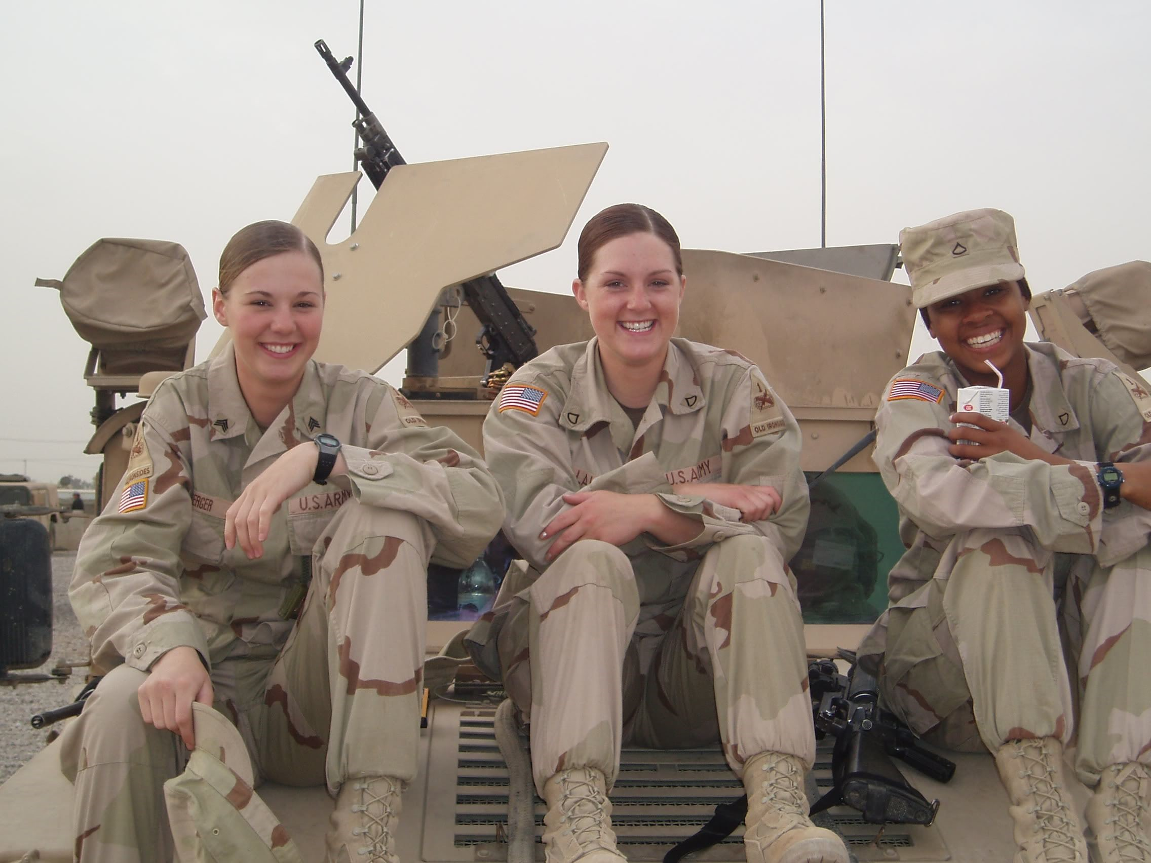 Американки сидят на танке