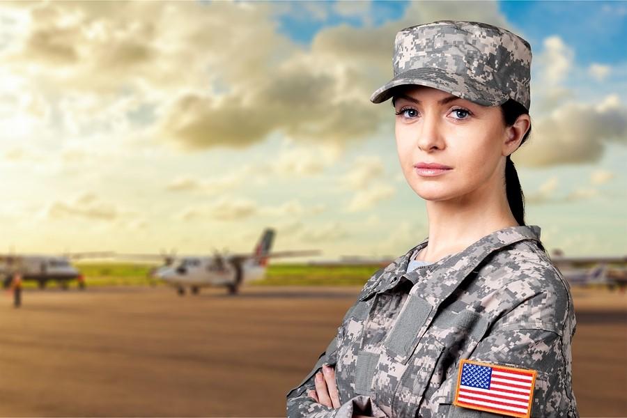 Девушка из армии США на взлетно-посадочной полосе
