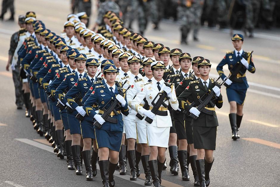 Девушки китайской армии маршируют на параде
