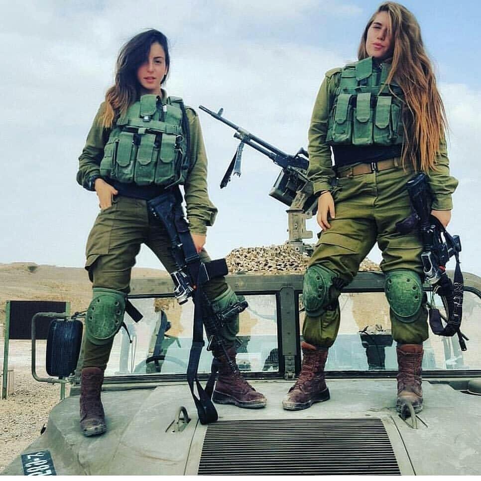 Девушки-солдаты на военном джипе