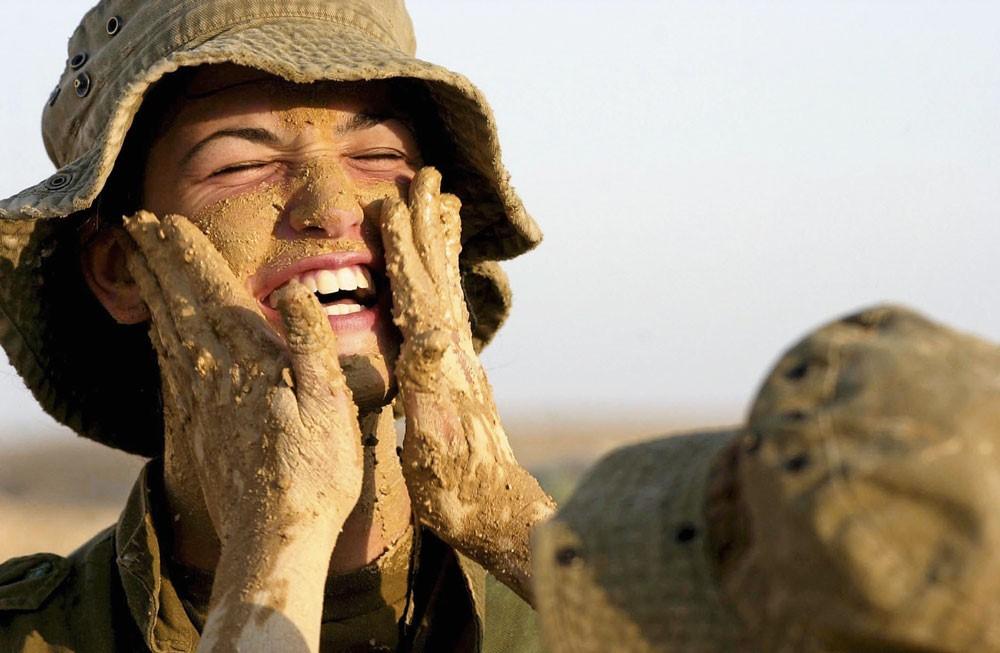 Грязевая маска девушек-солдат