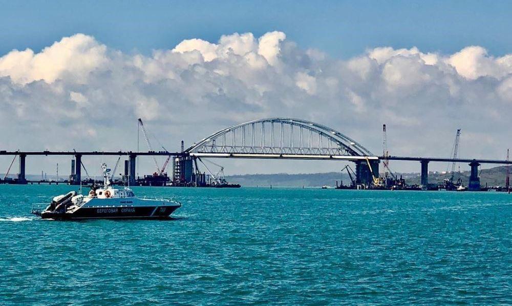 Корабль у Керченского моста