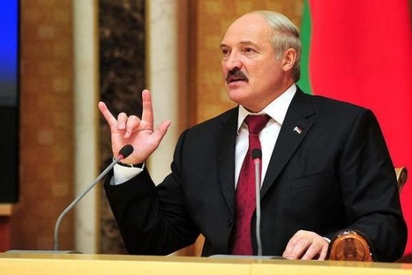 Лукашенко на фоне флага Белоруси