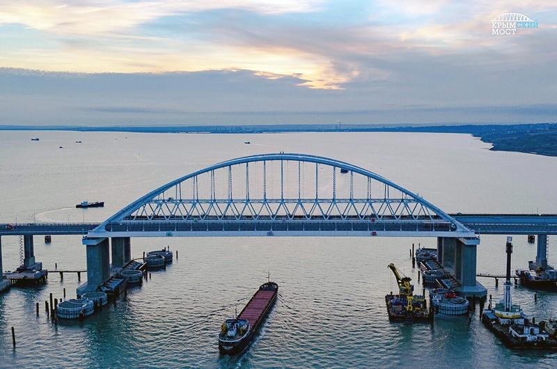Проход корабля под Крымским мостом