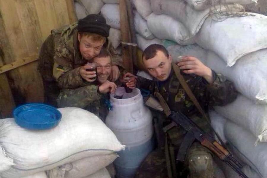 Пьяные украинские солдаты