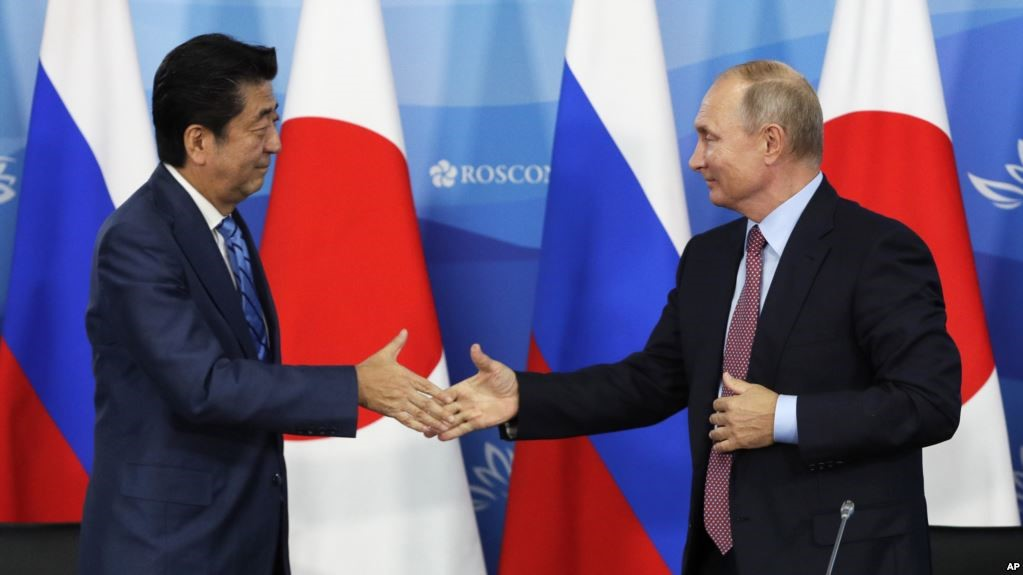 Рукопожатие Путина и Абэ