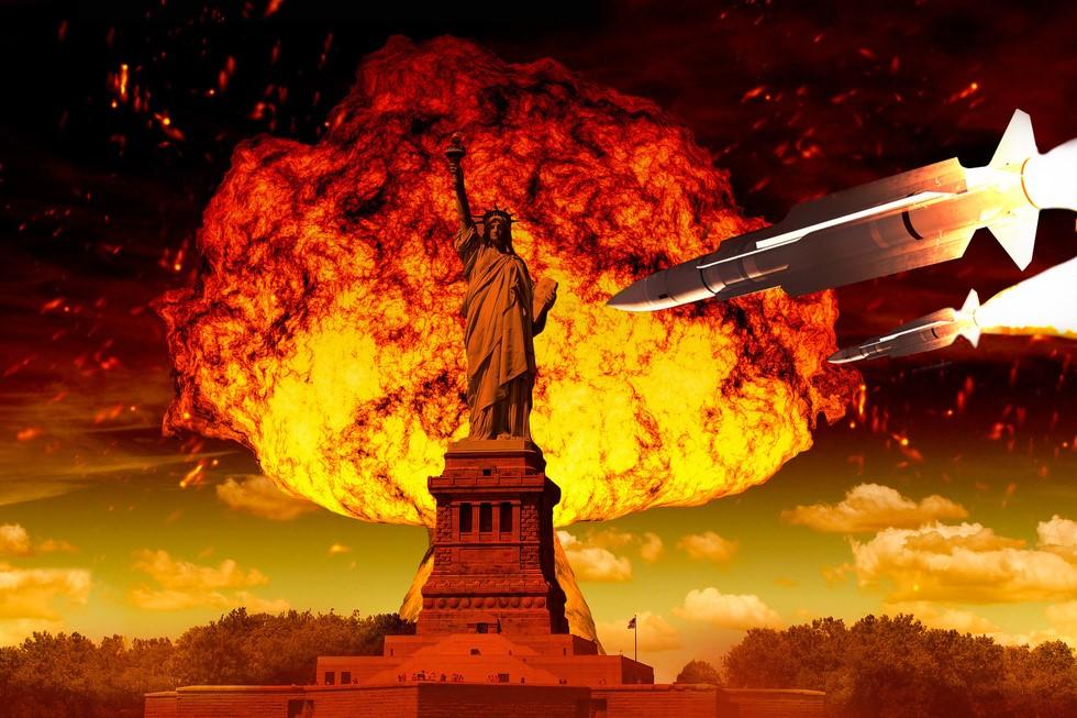 Статуя Свободы на фоне ядерного взрыва