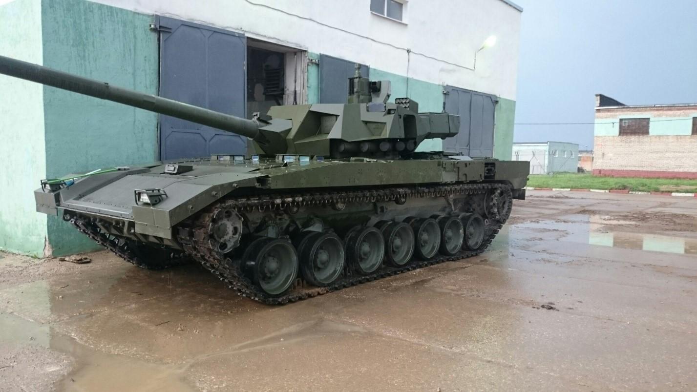 Т-14 «Армата» возле ангара