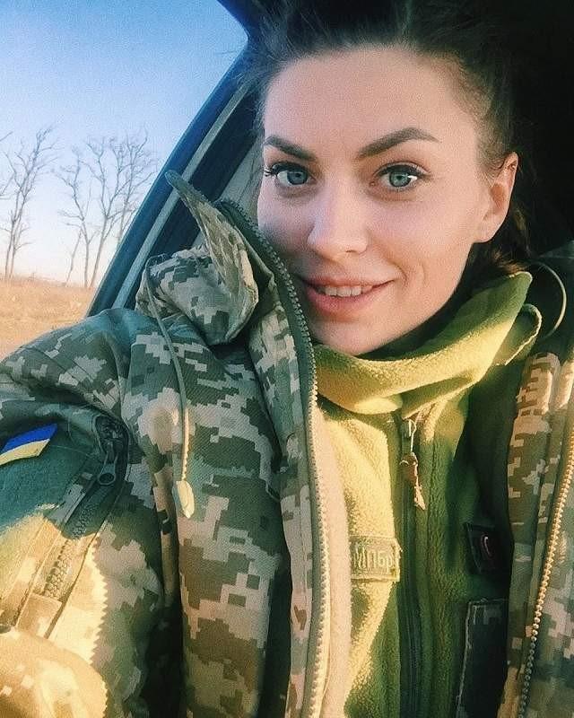 Украинская военнослужащая в автомобиле