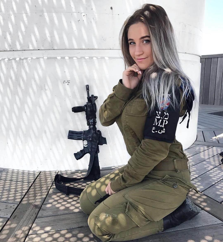 Военнослужащая ЦАХАЛа с автоматом