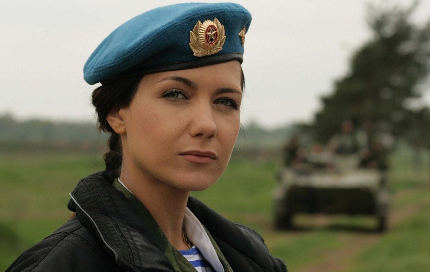 Женщина-солдат в голубом берете