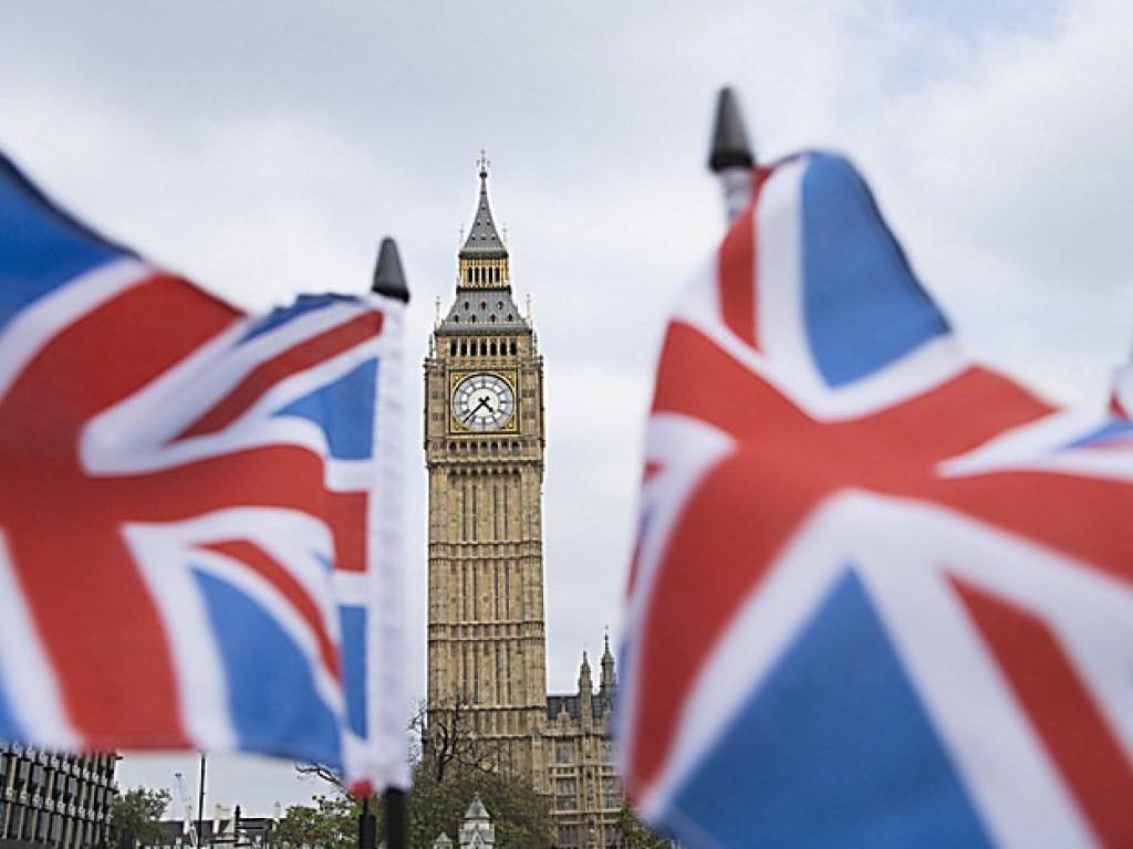 Биг Бен на фоне британских флагов