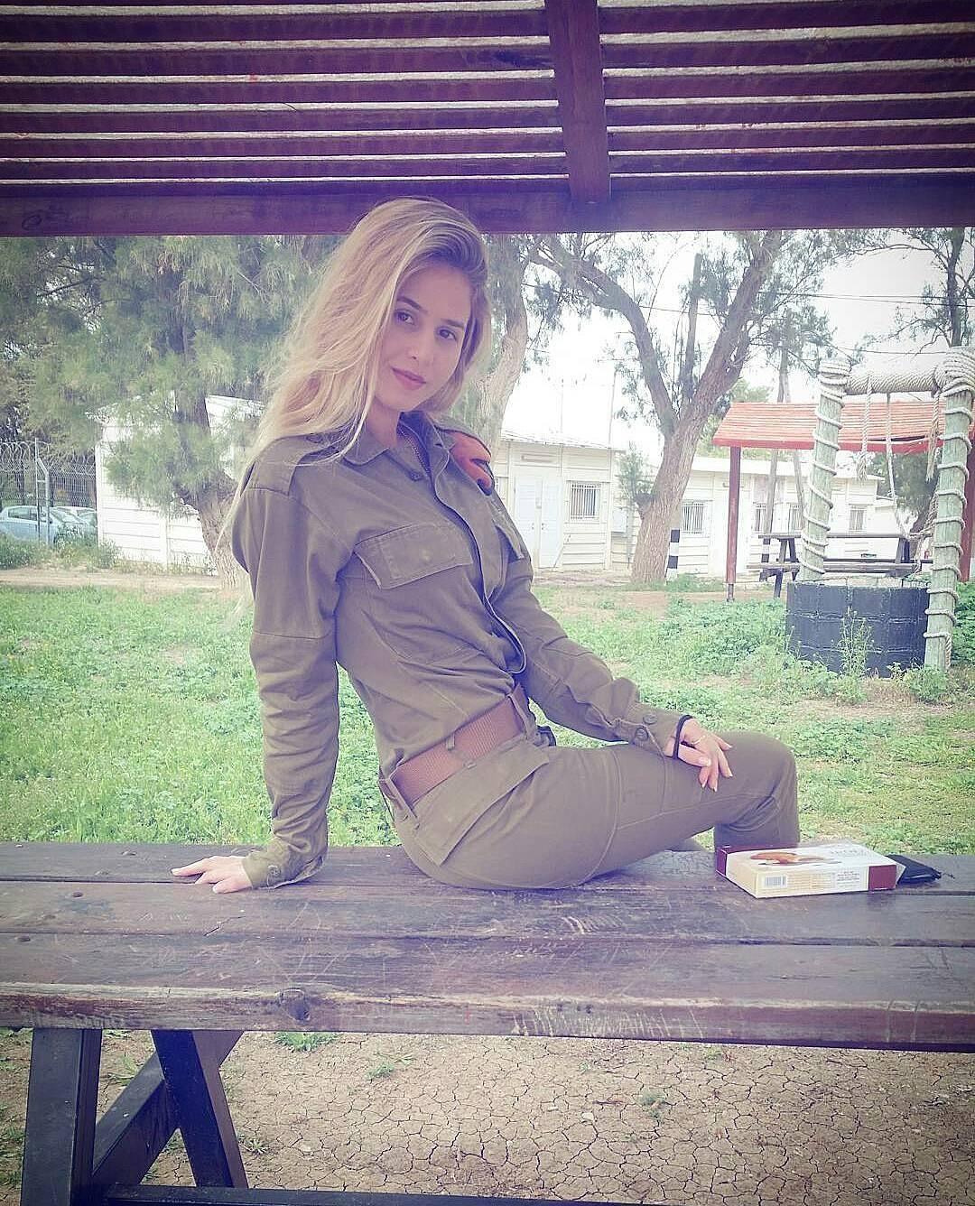 Блондинка в форме