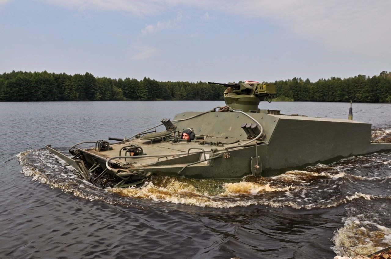 БТР БТ-3Ф преодолевает водное препятствие