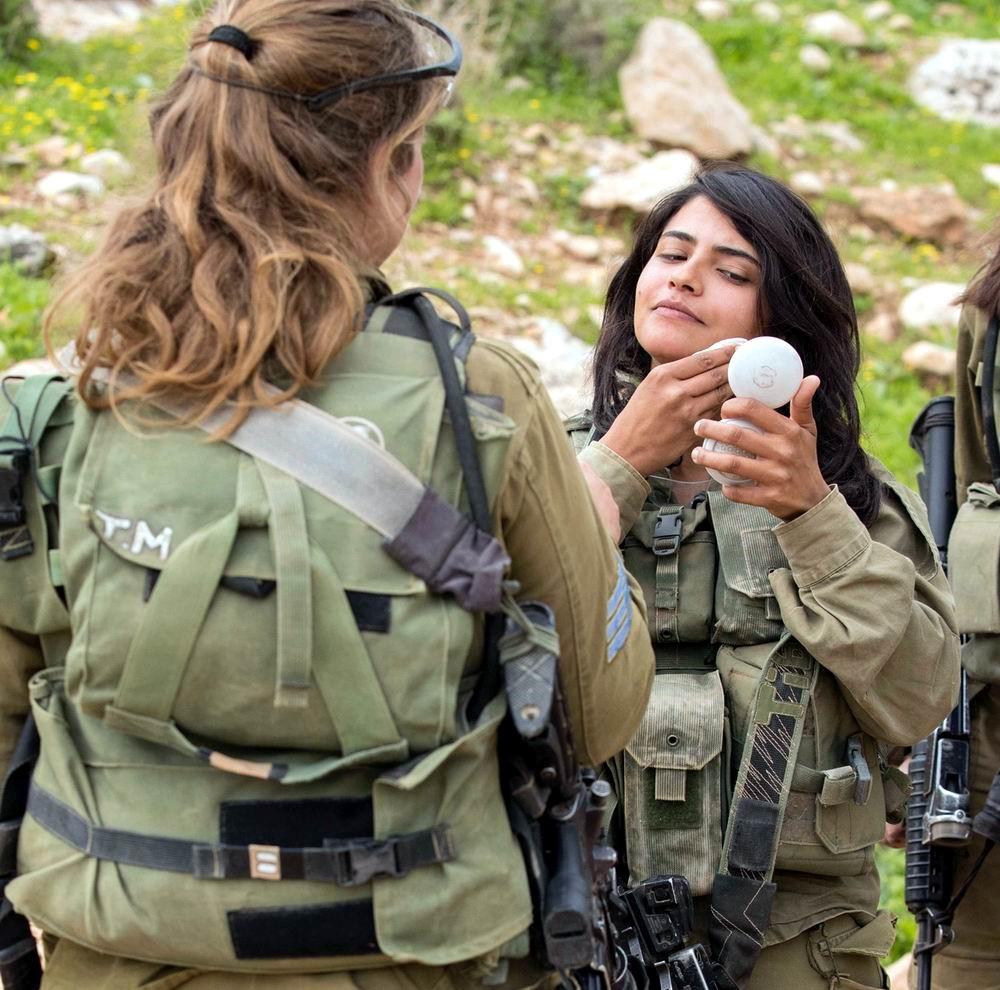 Израильская военнослужащая с пудреницей