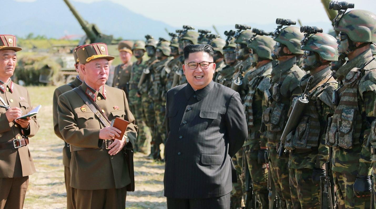 Ким Чен Ын перед строем солдат