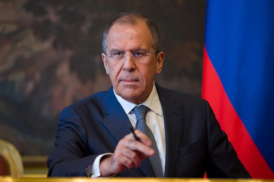 Лавров на фоне российского флага