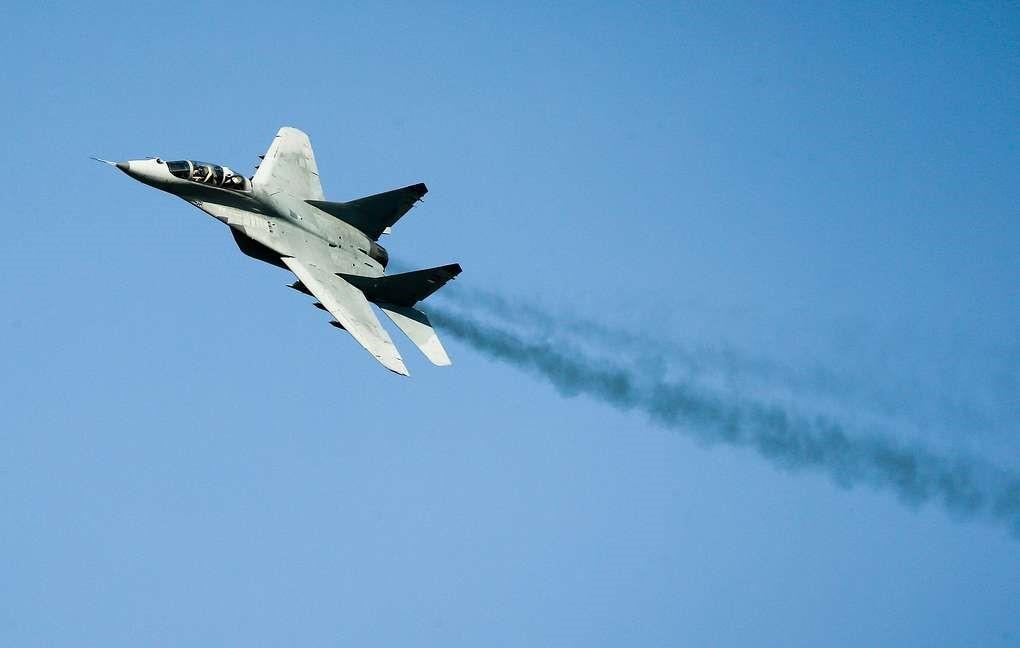 МиГ-29 выполняет фигуры пилотажа