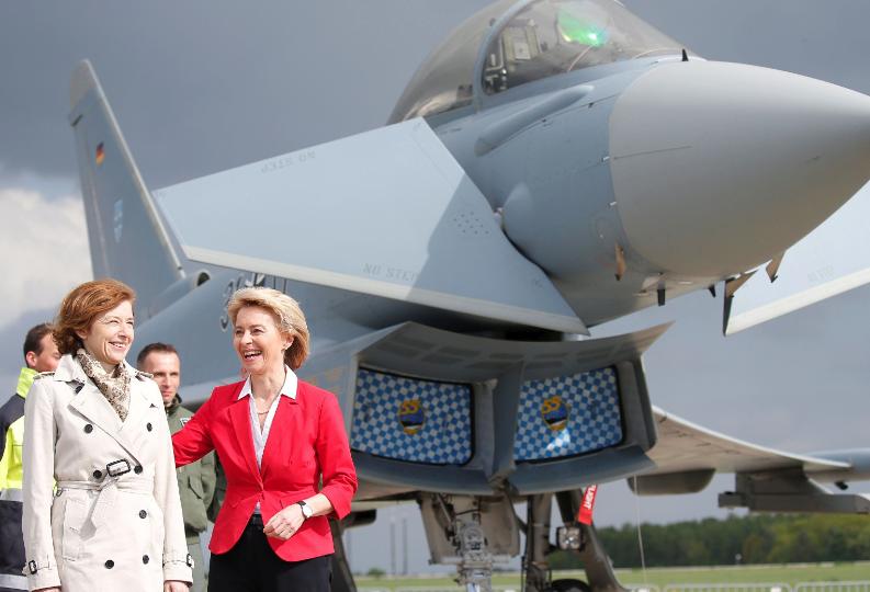 Министры на фоне самолета