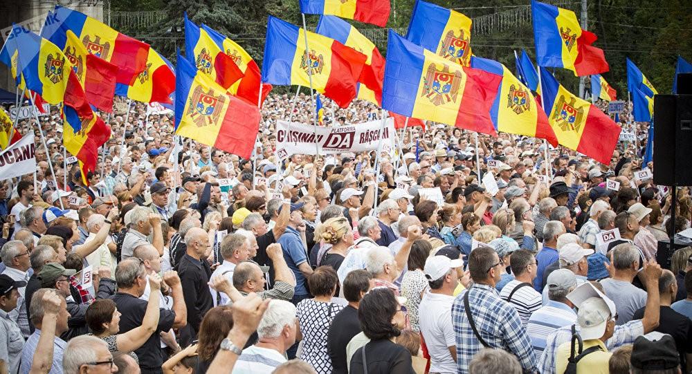 Митинг с молдавскими флагами