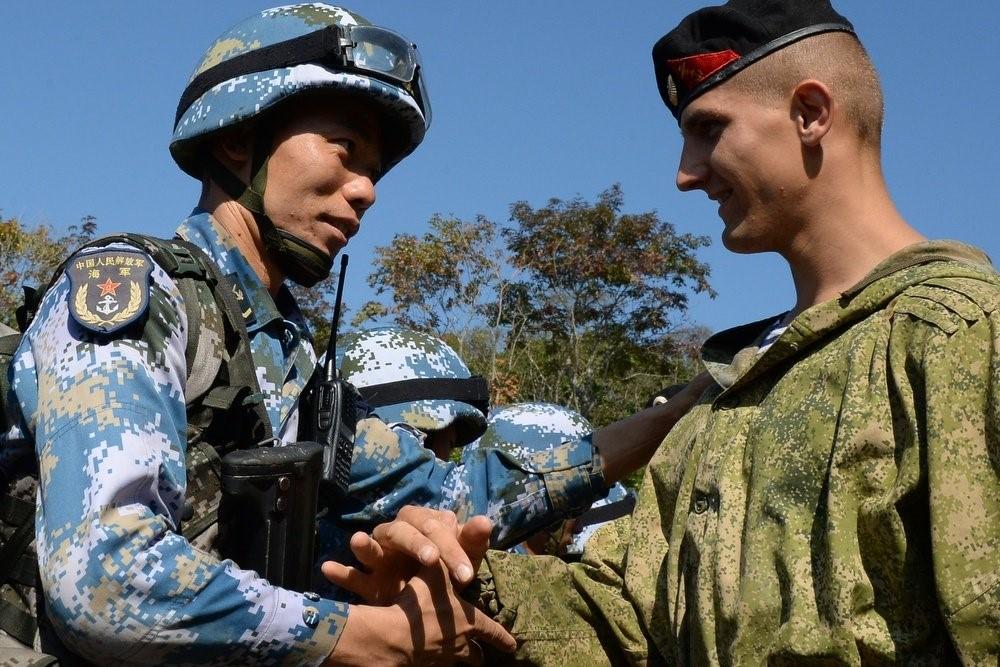 Рукопожатие российского и китайского солдатов