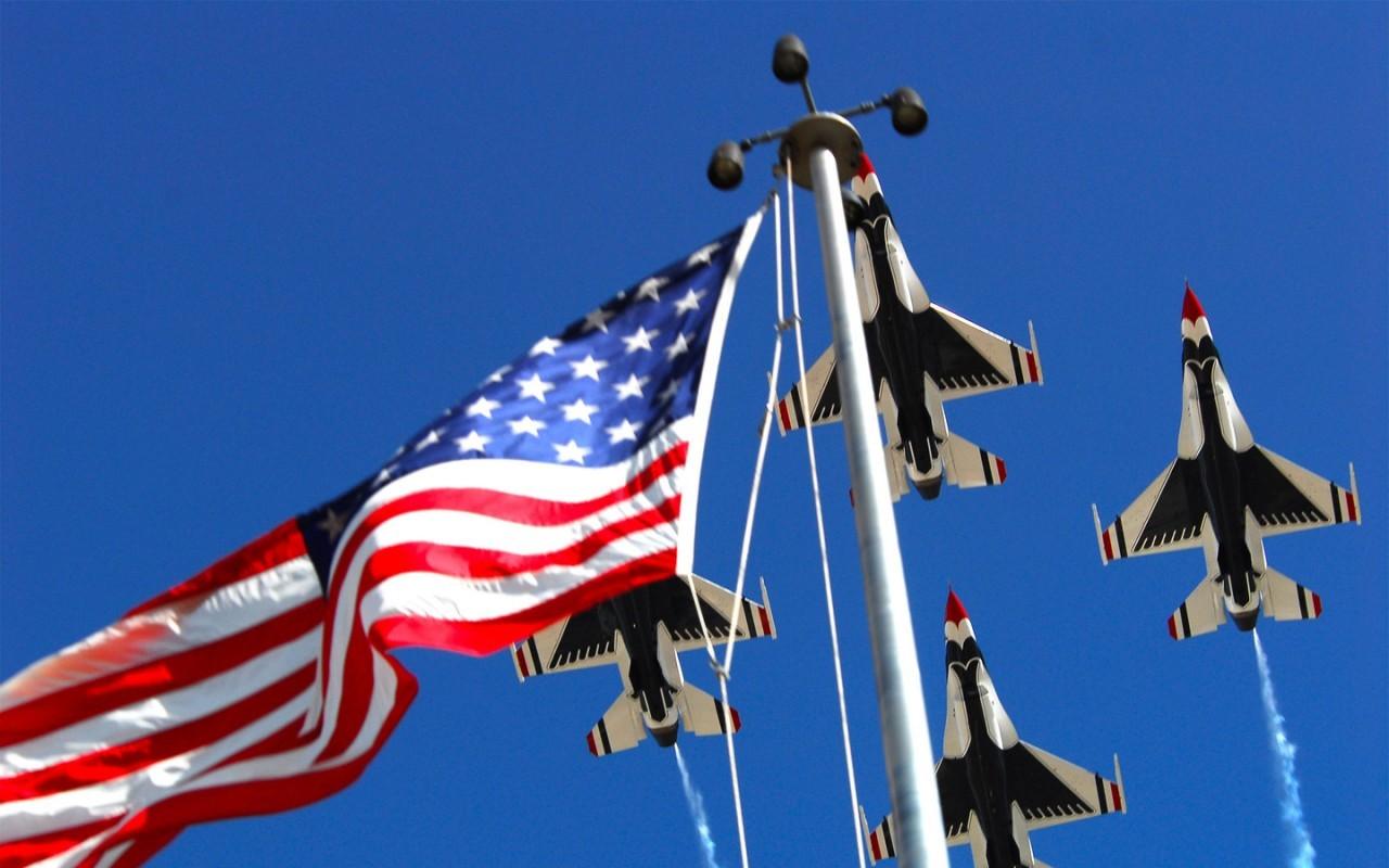 Самолеты на фоне американского флага