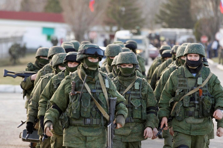 Строй солдат на улицах города