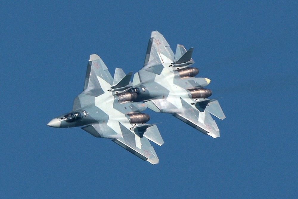 Су-57 выполняет воздушные маневры