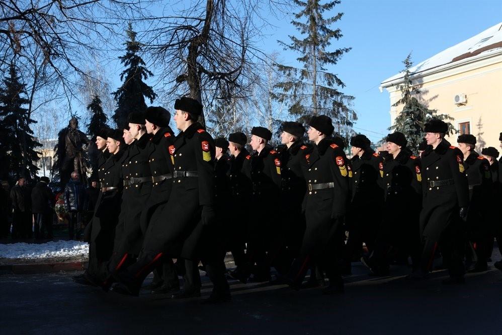 Суворовцы маршируют на плацу