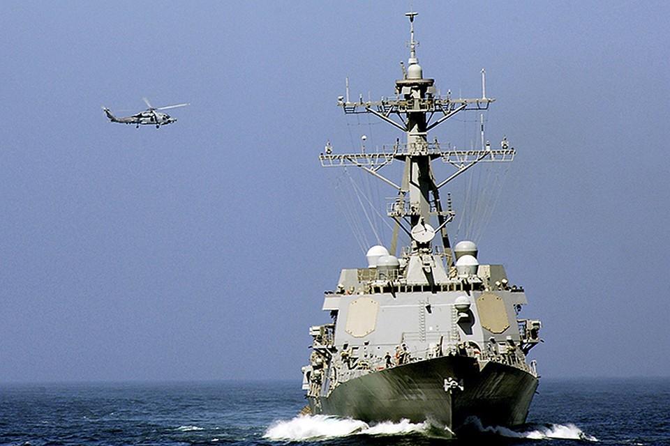 Вертолет сопровождает американский эсминец