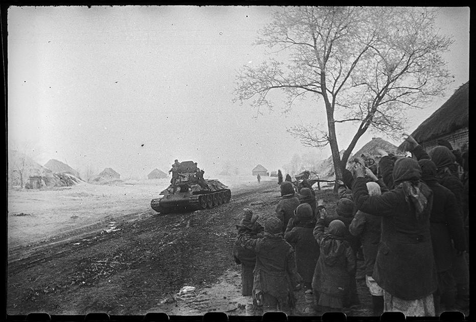 Жители встречают советских воинов-освободителей