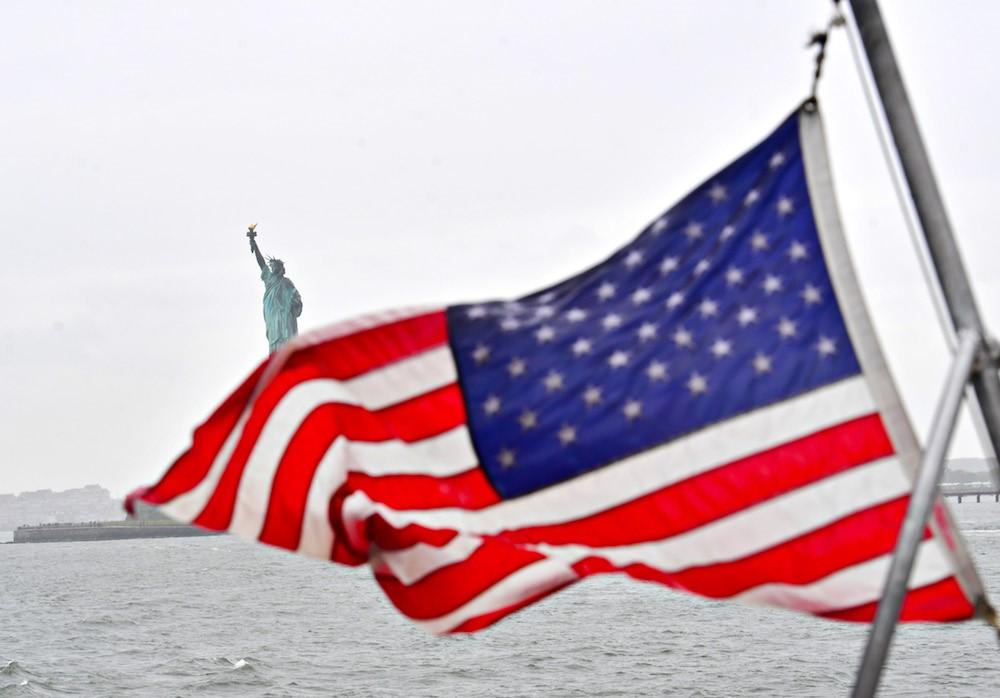 Звездно-полосатый флаг и статуя Свободы