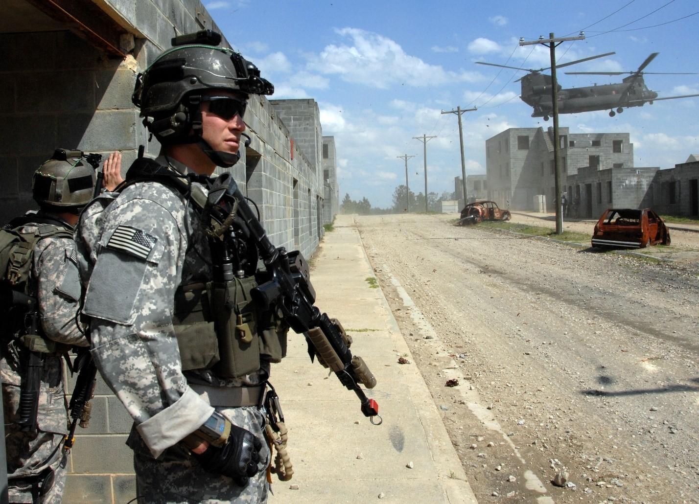 Американские солдаты патрулируют город