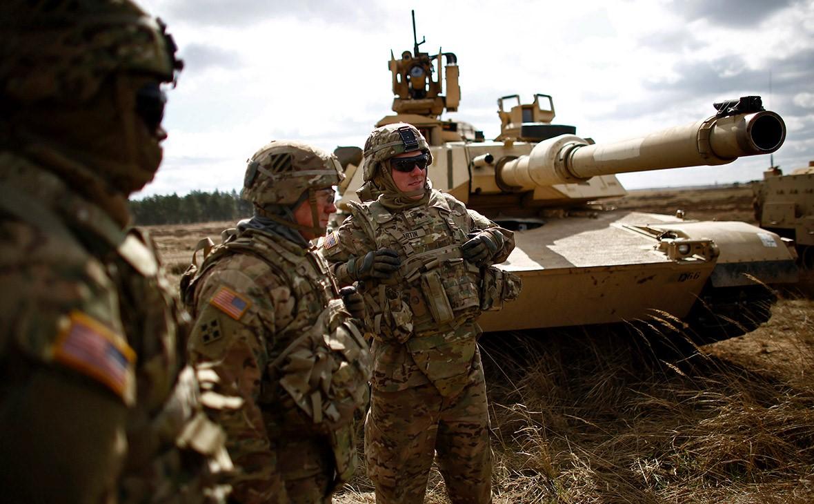 Американские солдаты рядом с танком