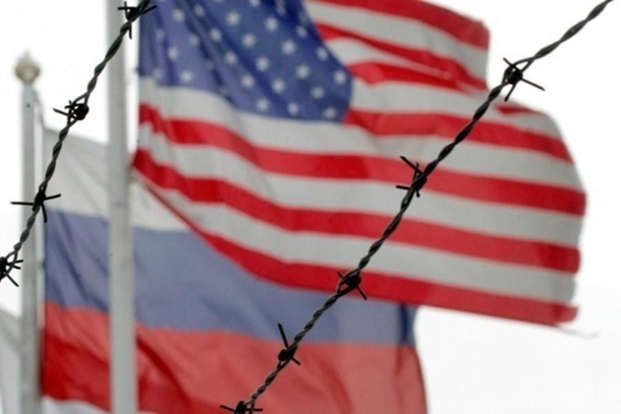 Флаги США и России за проволокой