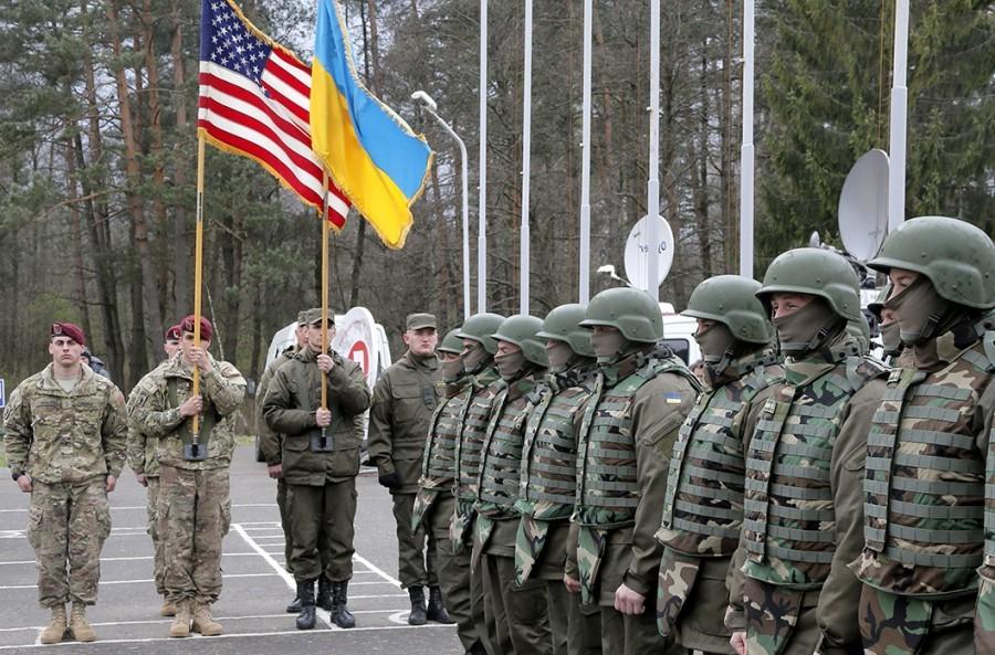 Флаги США и Украины в руках солдат