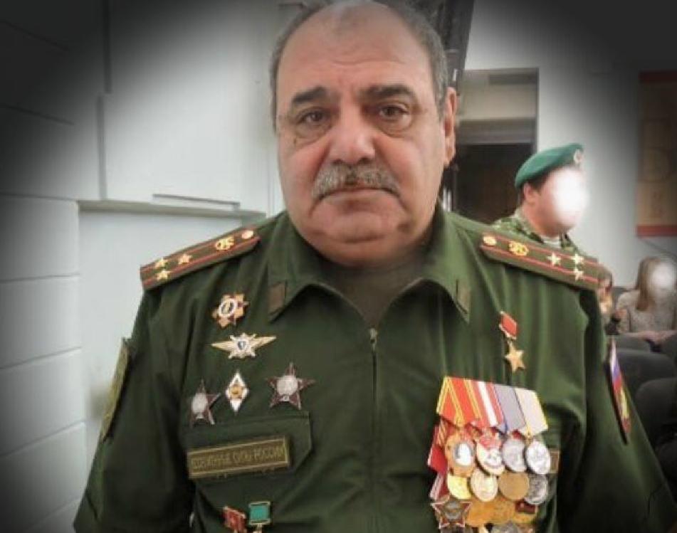 Ибадов Ильданиз Казир Оглы в форме с поддельными наградами