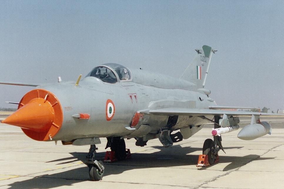 Индийский истребитель на ВПП